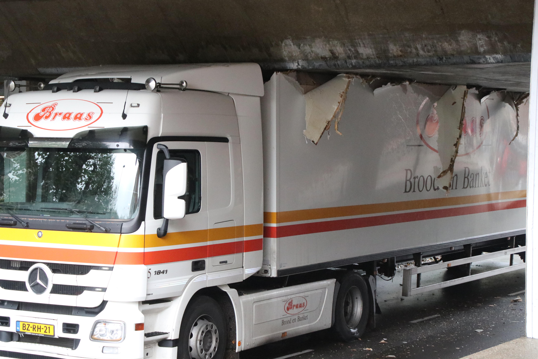 Vrachtwagenchauffeur rijdt zich klem onder viaduct Parkdreef Zoetermeer